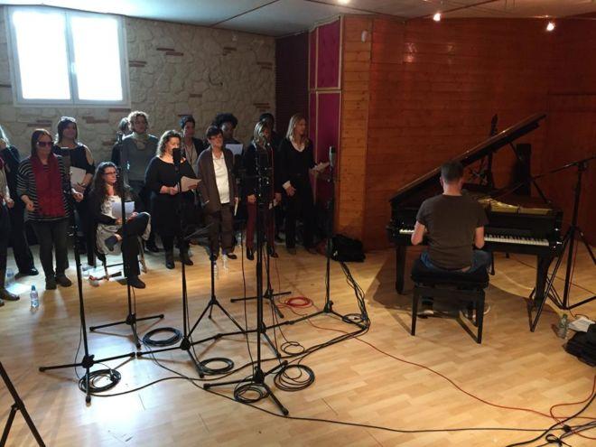 Répétition groupe dans la salle principale du studio d'enregistrement
