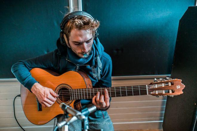 Guitariste La petite fumée au studio d'enregistrement à toulouse